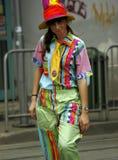 """TIMISOARA RUMÄNIEN †""""05 07 Ung kvinna som 2010 kläs som ett clownleende på gatan arkivbilder"""