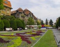 TIMISOARA RUMÄNIEN - JUNI 10: Turister besöker den gamla staden i stad på JUNI 10, 2014 i Timisoara, Rumänien Timisoara är det 3r Royaltyfri Fotografi