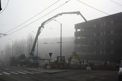 TIMISOARA RUMÄNIEN -02 06 Konstruktionsplats 2018 med olikt maskineri och arbetare som häller cement på en byggnad arkivfoto