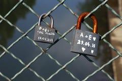 TIMISOARA, RUMÄNIEN 09 05 2018 Vorhängeschlösser als Symbol der Liebe auf einem Zaun einer Brücke lizenzfreies stockbild