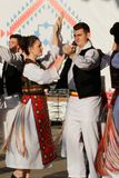 TIMISOARA RUM?NIEN 12 10 2014 rum?nska dansare i traditionell dr?kt, utf?r en traditionell dans f?r folkore arkivbild
