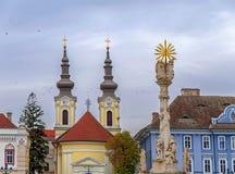 TIMISOARA, RUMANIA - 15 de octubre de 2016 detalle de la estatua de la trinidad santa en el cuadrado de la unión y la iglesia de  Imagen de archivo