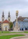 TIMISOARA, RUMANIA - 15 de octubre de 2016 detalle de la estatua de la trinidad santa en el cuadrado de la unión y la iglesia de  Foto de archivo libre de regalías