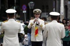 """TIMISOARA, RUMUNIA †""""09 27 2015 militarna fanfara ubierał w białych parada kostiumów sztuki instrumentach muzycznych zdjęcia stock"""