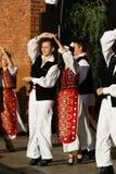 TIMISOARA, RUMUNIA 12 10 2014 Rumu?skich tancerzy w tradycyjnym kostiumu, wykonuj? folkore tradycyjnego tana obraz stock