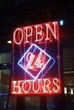 24 timmar öppet tecken för neon Royaltyfri Bild