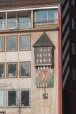 Timmar, som spelar, på byggnadsväggen Ulm Baden-Wurttemberg, Tyskland Royaltyfri Fotografi