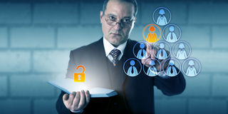 Timme-direktör som låser tillträde till en anställdmapp upp Arkivbild