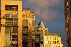 Timme för modern stad för skyskrapor guld- Arkivbilder