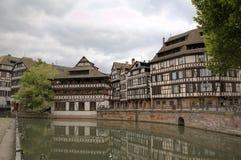 Timmer som inramar hus av områdesla Petite France france strasbourg fotografering för bildbyråer