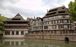 Timmer som inramar hus av områdesla Petite France france strasbourg Arkivbild