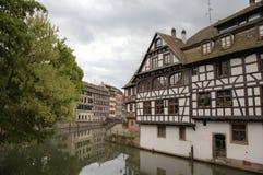 Timmer som inramar hus av områdesla Petite France france strasbourg Royaltyfria Foton