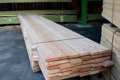 Timmerhout bij een zaagmolen stock foto
