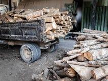 Timmerhout op de vrachtwagen en op de vloer, brandhout voor de industrie Stock Foto's
