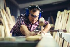 Timmerlieden die houten plank met een cirkelzaag snijden royalty-vrije stock foto