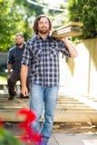 Timmerlieden die Houten Planken dragen Stock Foto's