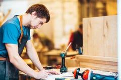 Timmerman bij Werkstation in Winkel royalty-vrije stock afbeeldingen