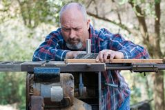 Timmerman die aan tablesaw werken stock foto