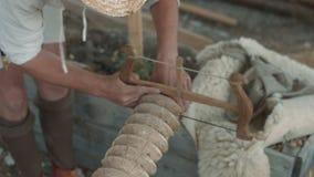 Timmerman die de houten schroef in openlucht zagen stock video