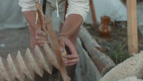 Timmerman die de houten schroef zagen stock footage
