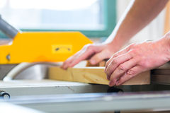 Timmerman die elektrische zaag in timmerwerk gebruiken royalty-vrije stock afbeelding