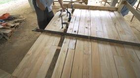 Timmerman die houten bed maken stock footage