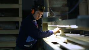Timmerman die houten plank met riemschuurmachine schuren stock videobeelden
