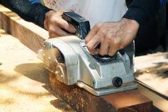 Timmerman die houten schuurmachine met behulp van Stock Afbeelding