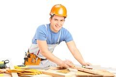 Timmerman die met houten planken werken Stock Afbeelding