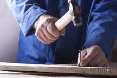 Timmerman die met vliegtuig aan houten achtergrond bij Bouwterrein werken Schrijnwerkerswerkplaats Stock Foto
