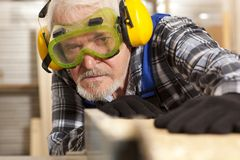 Timmerman die in meubilairfabriek werken stock foto's