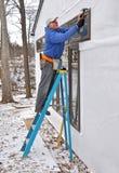 Timmerman die vensters installeert royalty-vrije stock afbeeldingen