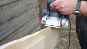 Timmerman geplande houten professionele elektrische planer stock footage