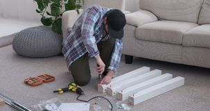 Timmerman het aanhalen schroef op hout thuis stock videobeelden