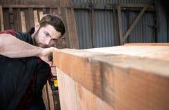Timmerman, het houten arbeiderswerk die, en houtproduct meten boren maken stock foto's