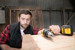 Timmerman, het houten arbeiderswerk die, en houtproduct meten boren maken stock foto