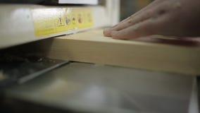 Timmerman het schaven van raad met elektrisch houten planer hulpmiddel stock videobeelden