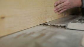 Timmerman het schaven van raad met elektrisch houten planer hulpmiddel stock footage