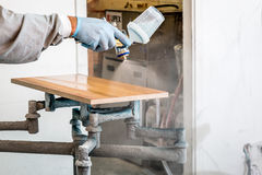 Timmerman het schilderen hout met nevel royalty-vrije stock fotografie