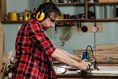 Timmerman het werken van de handmachine van het handmalen in de timmerwerkworkshop schrijnwerker royalty-vrije stock afbeeldingen