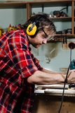 Timmerman het werken van de handmachine van het handmalen in de timmerwerkworkshop schrijnwerker royalty-vrije stock foto