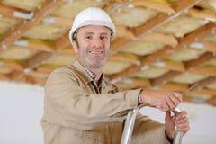 Timmerman klaar voor het werk aangaande ladder royalty-vrije stock foto