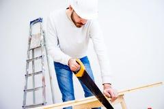Timmerman met een handsaw royalty-vrije stock afbeeldingen
