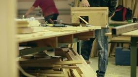 Timmerman op het werk stock videobeelden