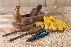 Timmerman Tools op houten achtergrondtribunehulpmiddelen royalty-vrije stock afbeelding