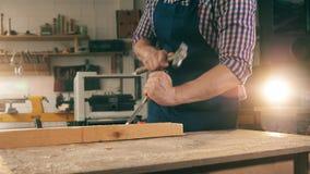 Timmerman, vakman het werken Het één persoonswerk met hout, die het vormen met hulpmiddelen stock videobeelden