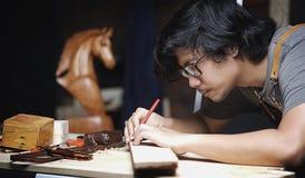 Timmerman Working in Houtbewerkingsworkshop Het maken van Lijn met Regel royalty-vrije stock afbeeldingen