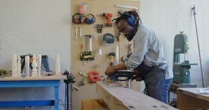Timmermans nivellerend hout met het oppoetsen van machine 4k stock footage