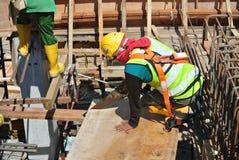 Timmermans zagend hout bij de bouwwerf Stock Foto's