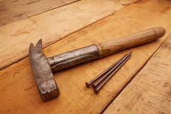 Timmermanshamer op hout Stock Afbeeldingen